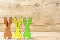Drie kleurrijke Pasen-konijntjes Stock Fotografie