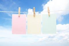 Drie kleurrijke pastelkleurnota's over pinnen Stock Foto's