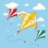 Drie kleurrijke vliegers in de blauwe hemel Stock Afbeeldingen