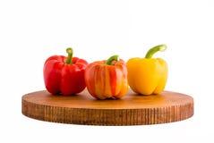 Drie kleurrijke zoete groene paprika's op dienblad Royalty-vrije Stock Fotografie