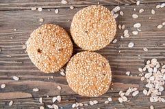 Drie koekjes op een houten achtergrond Stock Afbeeldingen