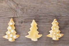 Drie koekjes van de Kerstmisboom op hout brackground Royalty-vrije Stock Fotografie