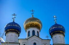Drie koepels van een kerk met kruisen tegen een blauwe hemel royalty-vrije stock foto's