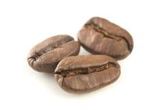 Drie koffiebonen sluiten omhoog. Stock Foto's