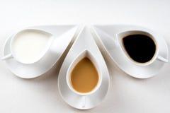 Drie koffiekoppen op witte steenlijst 1 Stock Fotografie