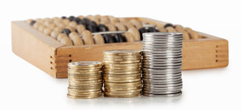 Drie kolommen van muntstukken met rekeningen Royalty-vrije Stock Afbeelding