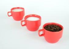 Drie koppen met koffiesuiker en melk Royalty-vrije Stock Foto