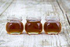 Drie kruiken honing Royalty-vrije Stock Afbeeldingen