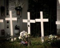 Drie kruisen in de begraafplaats stock afbeeldingen