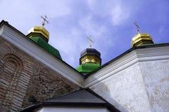Drie kruisen op gouden groene koepels tegen een blauwe hemel witte wolken royalty-vrije stock fotografie