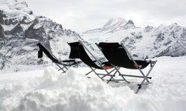 Drie lege deckchairs bovenop de bergen. Stock Afbeeldingen