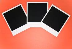 Drie lege onmiddellijke fotokaders op rode achtergrond met exemplaar ruimte hoogste mening Royalty-vrije Stock Foto's