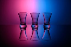 Drie lege schoten op roze en blauwe achtergrond stock foto