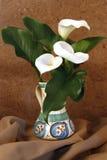 Drie Lelies in een vaas Stock Afbeeldingen