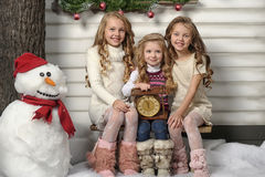 Drie leuke meisjes die op Kerstmis wachten Royalty-vrije Stock Afbeeldingen