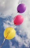 Drie levendige kleurenballons op blauwe hemelachtergrond Stock Afbeeldingen