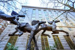 Drie lopend paardenstandbeeld bij Gus J Solomon United States Stock Afbeeldingen