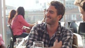 Drie Mannelijke Vrienden die van Drank genieten bij Openluchtdakbar stock videobeelden