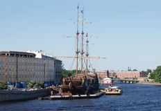 Drie-Masted varend schip die Nederlander vliegen Stock Afbeeldingen