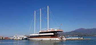 Drie masted zeilboot in haven Royalty-vrije Stock Afbeeldingen