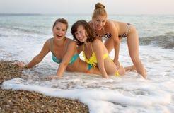 Drie meisjes bij het overzees Royalty-vrije Stock Afbeelding