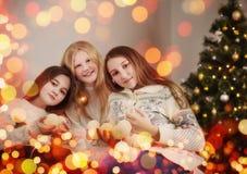 Drie meisjes bij Kerstboom Stock Afbeelding
