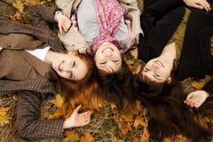Drie meisjes in de herfst parkeren. Royalty-vrije Stock Afbeelding