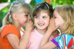 Drie meisjes delen geheimen royalty-vrije stock foto's