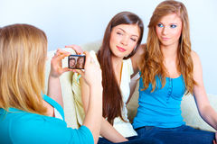 Drie meisjes die foto's nemen Stock Afbeelding