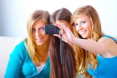 Drie meisjes die foto's nemen royalty-vrije stock afbeeldingen