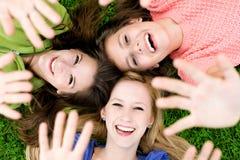 Drie meisjes die handen golven Royalty-vrije Stock Fotografie