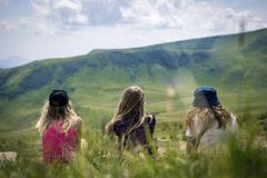 Drie meisjes die op de bergen kijken Stock Foto