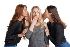 Drie meisjes die roddel delen stock foto