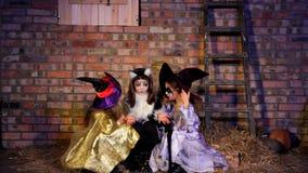 Drie Meisjes in Halloween-Kostuums het Spreken stock footage