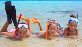 Drie meisjes in het overzees stock foto
