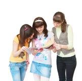 Drie meisjes kijken tijdschrift Stock Foto