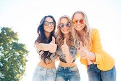 Drie meisjes lopen in de zomerpark Stock Fotografie
