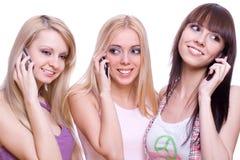 Drie meisjes met telefoon Royalty-vrije Stock Afbeeldingen