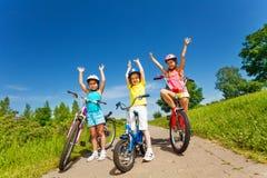 Drie meisjes op fietsen outsides Royalty-vrije Stock Foto's