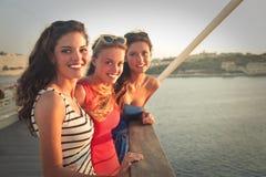 Drie meisjes op vakantie stock afbeeldingen