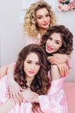 Drie meisjes vieren een een vrijgezelpartij of verjaardag stock foto's