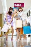 Drie meisjes in winkel royalty-vrije stock fotografie
