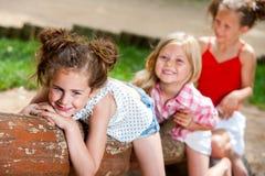 Drie meisjesvrienden die pret in park hebben. Stock Afbeeldingen