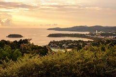 Drie meningspunt, mooie ochtendglorie op het katastrand, Phu Stock Fotografie