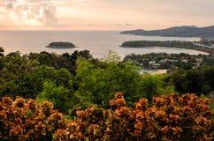 Drie meningspunt, mooie ochtendglorie op het katastrand, Phu Stock Foto's