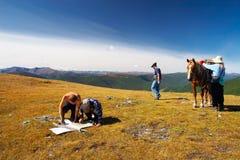 Drie mens, vrouwen en paard. stock afbeelding