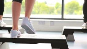 Drie mensen die aerobics doen stock footage