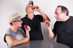 Drie mensen het drinken royalty-vrije stock fotografie