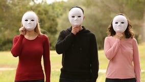 Drie mensen met maskers stock video