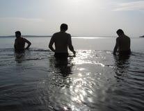 Drie mensen op het water Stock Foto